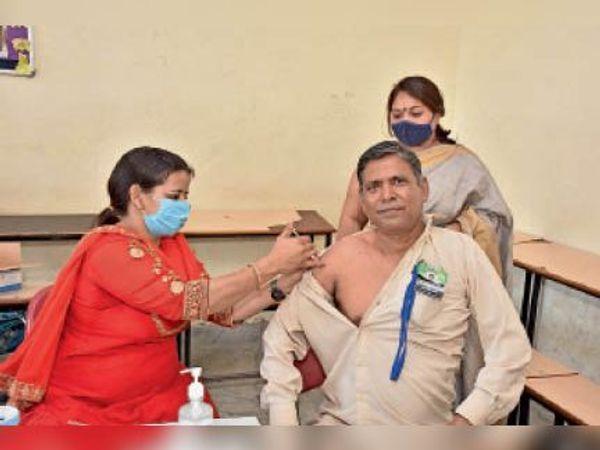 समालखा. चुलकाना रोड स्थित डीएवी स्कूल में कोविड वैक्सीन की पहली डोज लगवाते हुए। फोटो   भास्कर - Dainik Bhaskar