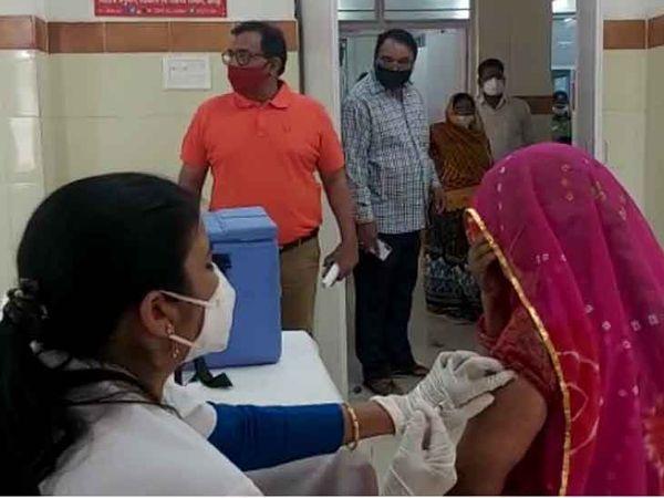 जोधपुर में गुरुवार को रेजीडेंसी अस्पताल में कोरोना वैक्सीन लगवाती एक महिला।