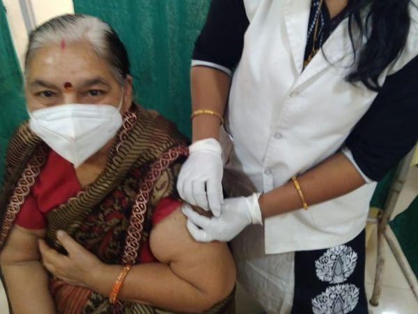 वैक्सीनेशन करवा रही एक महिला। इससे पहले 45 से 59 वर्ष तक की आयु वाले गंभीर बीमारियों से ग्रसित कॉर्मोबोडिटिज वाले व्यक्तियों को ही टीका लगाया जा रहा था।