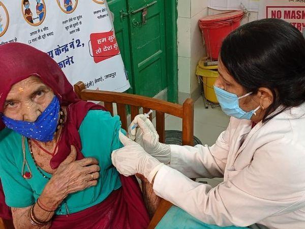 बीकानेर के एक स्वास्थ्य केंद्र पर वैक्सीनेशन करवाते हुए बुजुर्ग महिला।