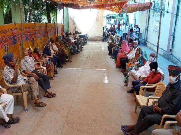 अजमेर में ब्यावर के AKH में वैक्सीनेशन के लिए कतार में बैठे लोग