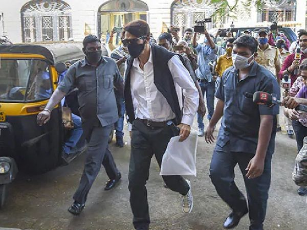 NCB ने9 नवंबर 2020 को अर्जुनरामपाल के घर पर छापा मारा था। इस दौरानNCB ने उनके घर से कई प्रतिबंधित दवाईयां जब्त की थीं।- फाइल फोटो। - Dainik Bhaskar