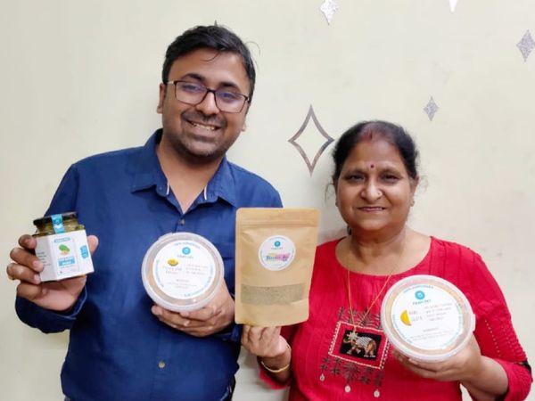 गाजियाबाद के रहने वाले अमन अपनी मां संगीता जैन के साथ मिलकर होममेड आचार और स्नैक्स का स्टार्टअप चला रहे हैं। - Dainik Bhaskar