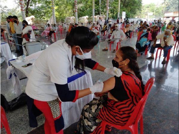 दुर्ग जिले के 200 सेंटरों पर कोरोना का टीका लगाया जा रहा है। 20 दिनों में 1 लाख 90 हजार लोगों को टीका लगेगा।