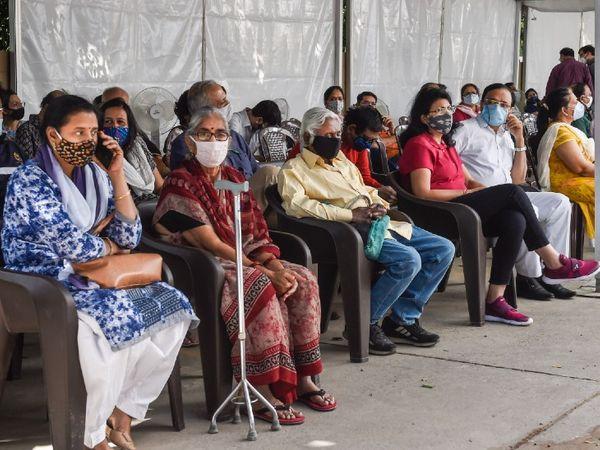 यह तस्वीर दिल्ली के साकेत के मैक्स अस्पताल की है।  गुरुवार को बड़ी संख्या में लोग कोरोना वैक्सीन लेने पहुंचे।  गुरुवार को दिल्ली में नव संक्रमित लोगों की संख्या 2.5 हजार को पार कर गई।  - दैनिक भास्कर