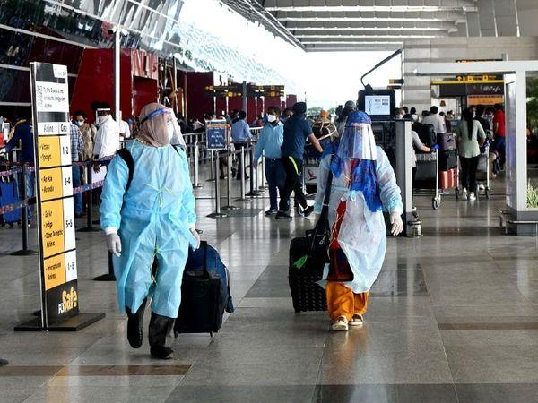 इंदौर एयरपोर्ट पर आने वाले यात्रियों को मास्क पहने होने पर ही टर्मिनल बिल्डिंग के अंदर प्रवेश दिया जा रहा है।