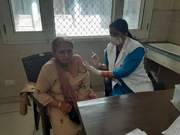 सिविल अस्पताल में वैक्सीनेशन करातीं सीनियर सिटिजन। - Dainik Bhaskar