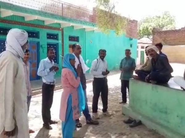 गांव में वोट मांगती सुरेखा।