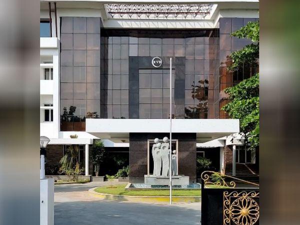 ये तस्वीर करूर स्थित करूर वैश्य बैंक की है। यह बैंक सौ साल से ज्यादा पुराना है। 1916 में इसकी स्थापना हुई थी।