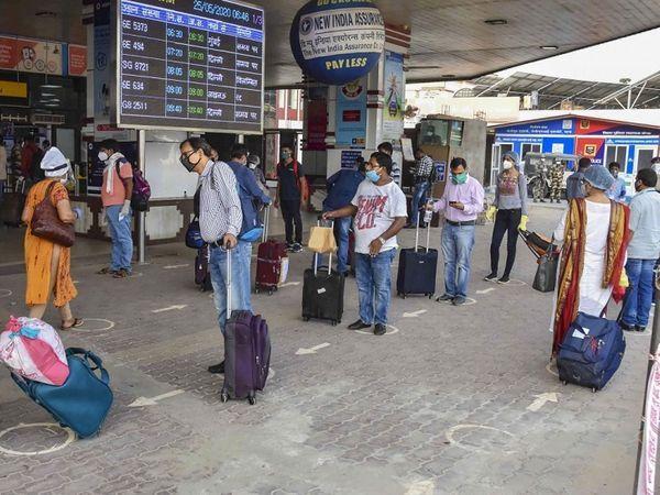 पटना एयरपोर्ट पर सोशल डिस्टेंसिंग और मास्क जैसे उपायों पर अमल को लेकर सख्ती बरती जा रही है।