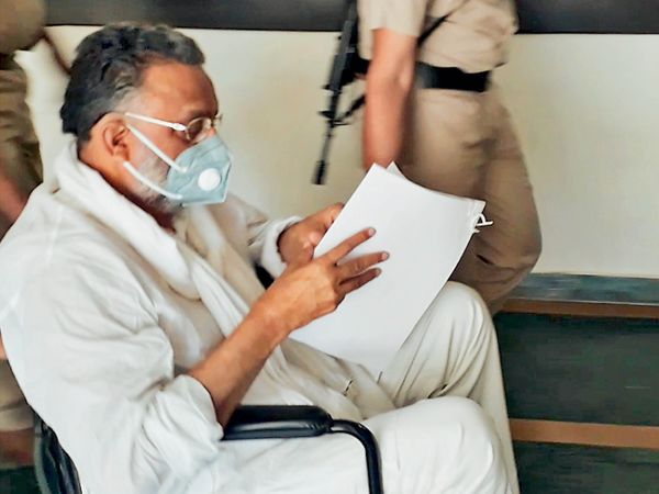 दो दिन पहले मोहाली कोर्ट में आया मुख्तार अंसारी चालान की कॉपी पढ़ते हुए। - Dainik Bhaskar