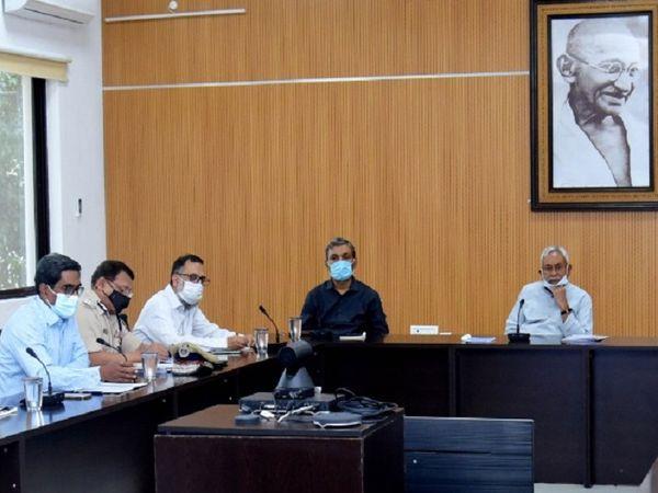 बिहार के मुख्यमंत्री नीतीश कुमार ने शनिवार को संक्रमण की स्थिति पर समीक्षा बैठक की। - Dainik Bhaskar