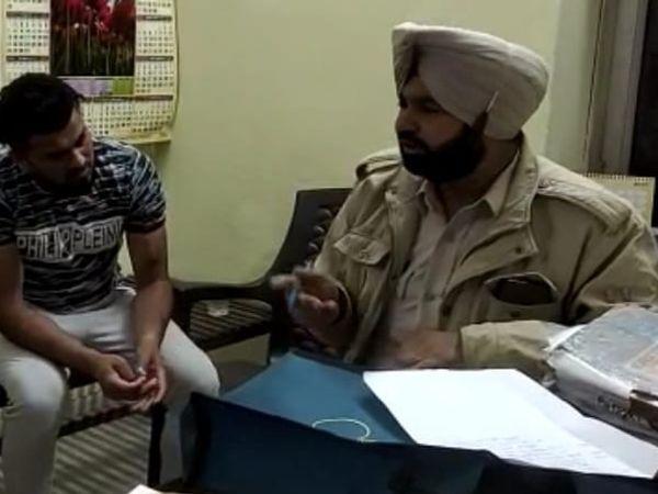 आरोपी युवक से पूछताछ करती पुलिस। - Dainik Bhaskar
