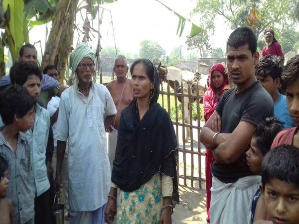 नेहाल के घर के बाहर लगी लोगों की भीड़।