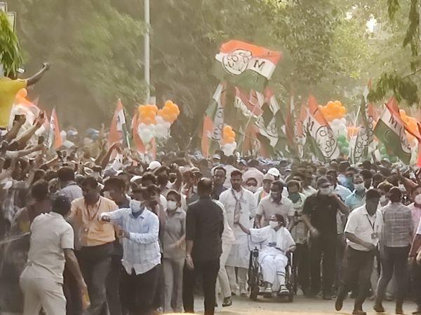 ममता बनर्जी लगातार रोड शो और सभाएं कर रही हैं। इस दौरान काफी भीड़ इकट्ठी हो रही है। इसमें भी इक्का-दुक्का लोग मास्क लगाए दिखते हैं।