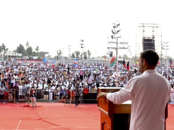 तमिलनाडु की एक चुनावी सभा के दौरान राहुल गांधी स्पीच देते हुए। यहां भी काफी संख्या में भीड़ इकट्ठी हुई है।