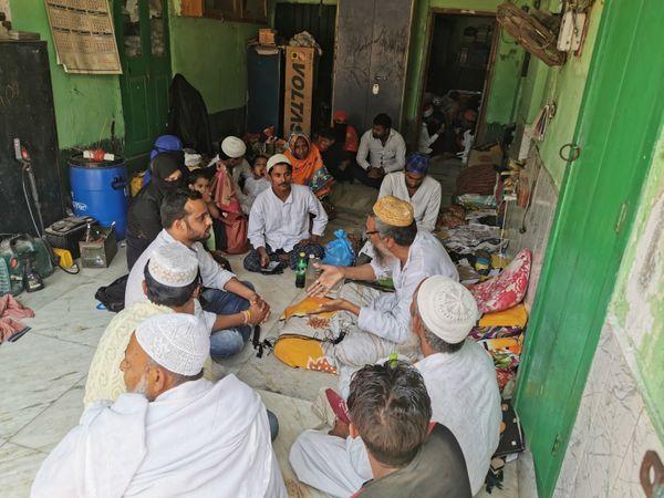 तस्वीर फुरफुरा शरीफ की है जहां मुस्लिम धर्मगुरु चर्चा कर रहे हैं। इलाके के मुस्लिम समुदाय के लोग यहां मार्गदर्शन के लिए आते हैं।