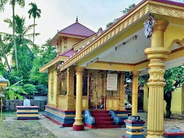 दक्षिण कर्नाटक के मैंगलोर में पुलिस ने दो आरोपियों को करगजा मंदिर में आपत्तिजनक वस्तु फेंकने के आरोप में गिरफ्तार किया है, उन्होंने खुद पुलिस के पास जाकर अपराध कबूल कर लिया है।  - दैनिक भास्कर