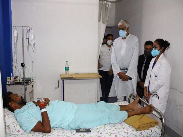 स्वास्थ्य मंत्री टीएस सिंहदेव ने अस्पताल में घायल जवानों से मुलाकात की है।  सिंहदेव ने जवानों के शीघ्र स्वास्थ्य लाभ की कामना की।