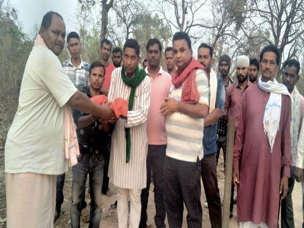 किसान नेताओं ने शनिवार को सोनाखान स्थित शहीद वीर नारायण सिंह के स्मारक के पास से मिट् टी ली।