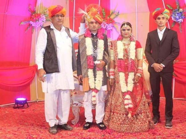 मृतकों में शामिल दिनेश (दूल्हा) की 3 महीने पहले ही शादी हुई थी। उनकी पत्नी को जोधपुर छोड़कर परिवार के लोग वापस सांचौर लौट रहे थे, लेकिन रास्ते में हादसा हो गया।