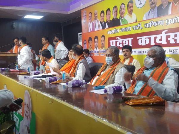 मंच पर सोशल डिस्टेंसिंग से BJP के वरिष्ठ नेताओं ने बनाई दूरी।