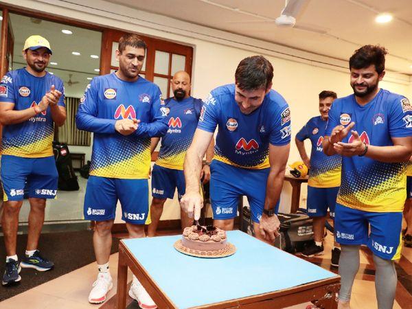 कोच स्टीफन फ्लेमिंग के जन्मदिन का जश्न मनाते CSK के कप्तान धोनी (बाएं) और सुरेश रैना (दाएं)। केक काटते फ्लेमिंग (बीच में)। - Dainik Bhaskar