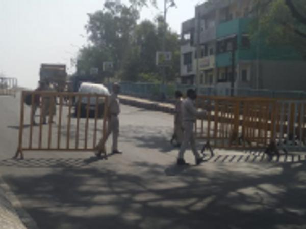 भोपाल में पुलिस ने रविवार को 53 जगह पर जांच के प्वाइंट बनाए थे। सड़को पर सुबह से सन्नाटा पसरा रहा। दुकानें बंद रही। - Money Bhaskar