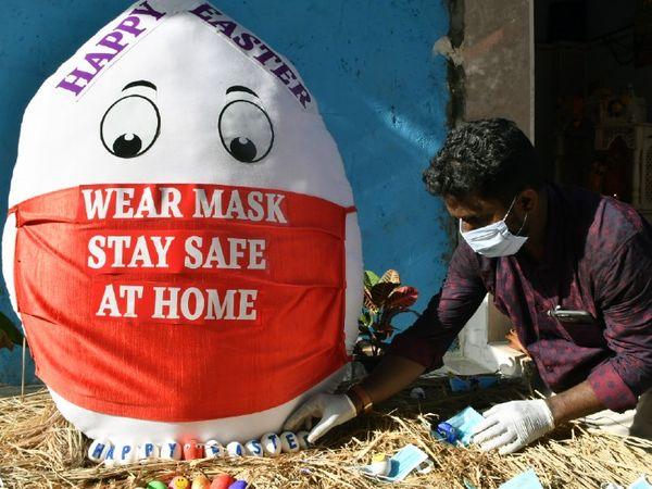 ईस्टर के मौके पर मुंबई के एक आर्टिस्ट ने लोगों को इस तरह कोरोना के खिलाफ अवेयर रहने का मैसेज दिया।