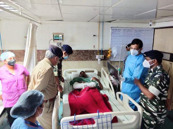 अफसरों ने अस्पताल पहुंचकर जवानों से मुलाकात की।इस मुठभेड़ में 31 जवान घायल हुए हैं।