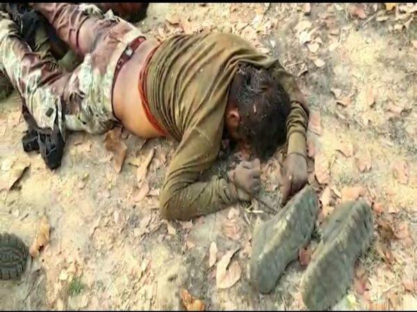 तस्वीर बीजापुर की है। करीब 24 घंटे बीतने के बाद जवानों के शव बाहर निकाले गए। - Dainik Bhaskar