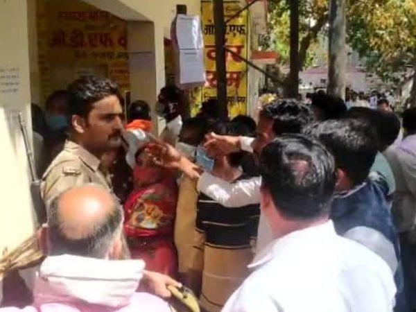 सिद्धार्थनगर के डुमरियागंज ब्लॉक पर नामांकन के लिए लगी भीड़।