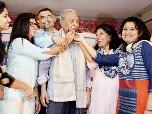 कोच संजय चक्रवर्ती (बीच में) के साथ सुमा शिरुर (बाएं) और गगन नारंग (पीछे)। (फाइल फोटो) - Dainik Bhaskar