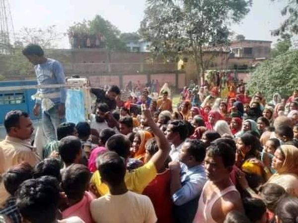 स्कूल के बाहर स्थानीय लोगों की भीड़।