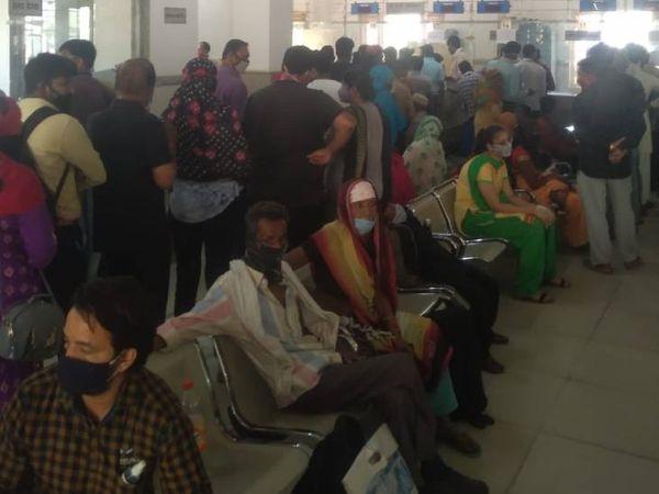 भोपाल के हमीदिया अस्पताल में फ्लू क्लीनिक में जांच कराने लाइन में लगी भीड़, यहां सोशल डिस्टेंसिंग का भी पालन नहीं किया जा रहा।