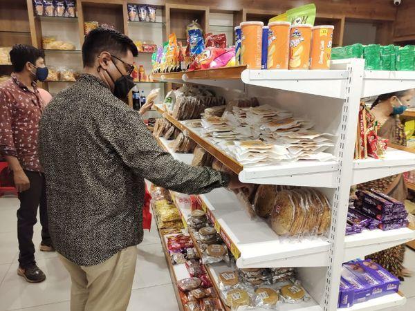 आज इनके शहर में कई स्टोर्स हैं। जहां अच्छी-खासी संख्या में रोजाना ग्राहक आते हैं और खरीदारी करते हैं।
