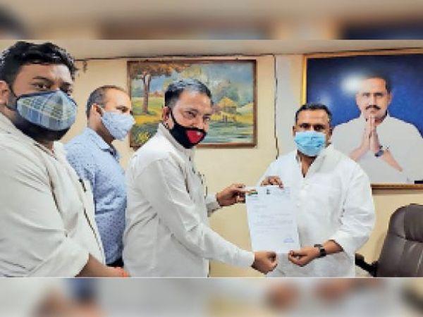 वैक्सीन देने की मांग पर रेलवे मेंस कांग्रेस के सदस्य मंत्री को ज्ञापन सौंपते। - Dainik Bhaskar