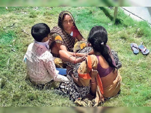 बच्चे की माैत के बाद विलाप करते परिजन। - Dainik Bhaskar