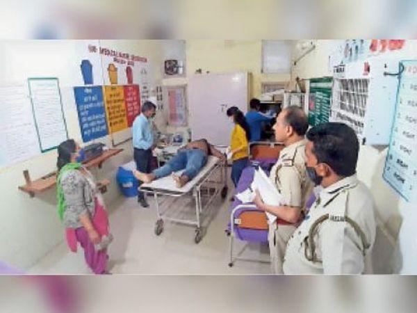 रादौर| अस्पताल में युवक की जांच करते डॉक्टर। - Dainik Bhaskar