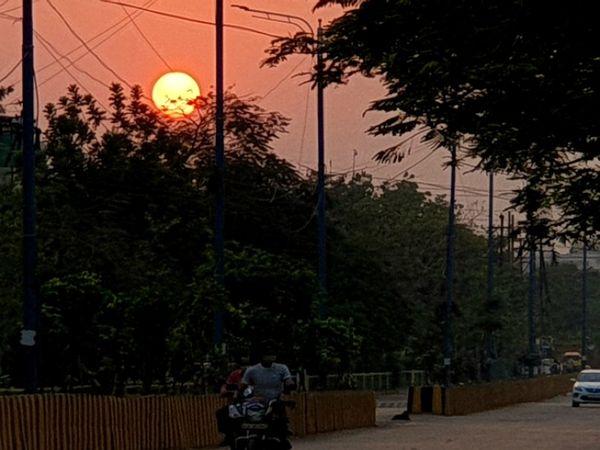 हरियाणा में सोमवार रात को गरज-चमक साथ बूंदाबांदी के आसार बन रहे हैं। इससे पहले गर्मी से बचने के लिए शाम में घरों से निकले लोग।