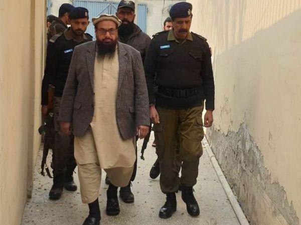हाफिज सईद के 5 गुर्गों को आतंकवादी गतिविधियों के लिए चंदा जुटाने का दोषी करार देते हुए नौ-नौ साल कैद की सजा सुनाई है। (फाइल फोटो) - Dainik Bhaskar