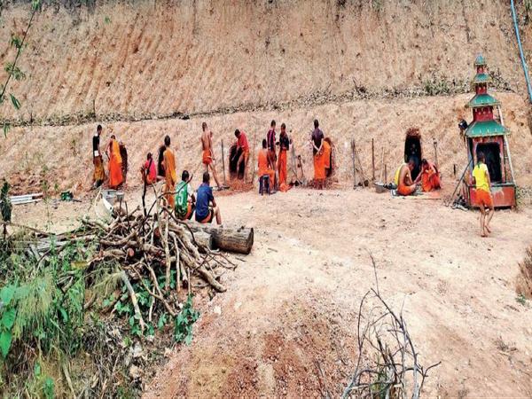 म्यांमार बॉर्डर के करीब थाईलैंड के बौद्ध भिक्षुओं ने पहाड़ खोदकर बंकर बनाने शुरू कर दिए हैं, ताकि गंभीर स्थिति में वहां छिपकर अपनी जा बचा सकें। - Dainik Bhaskar