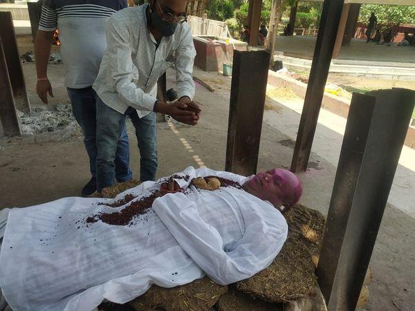 मुकुंद कौशल का अंतिम संस्कार दुर्ग के हरनाबांधा मुक्तिधाम में किया गया।