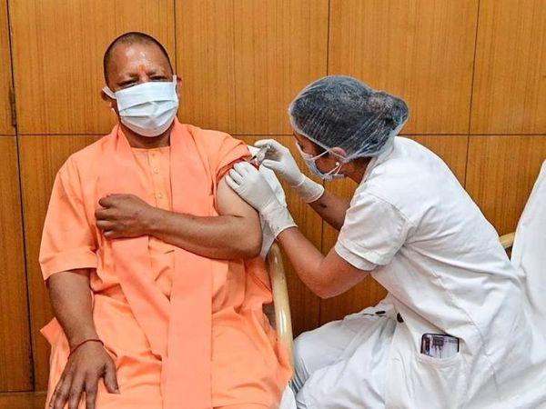 आज लखनऊ के सिविल अस्पताल में मुख्यमंत्री योगी आदित्यनाथ ने कोरोना वैक्सीन की पहली डोज ली।