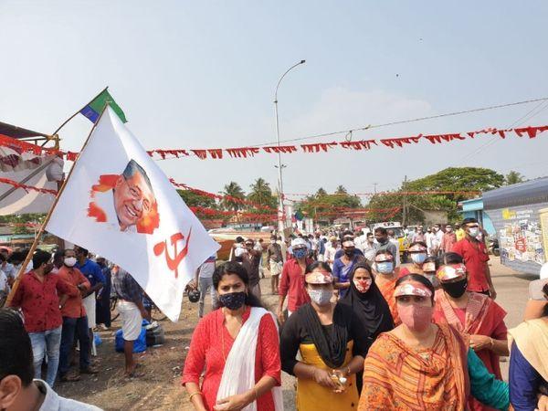 विजयन की रैली में शामिल होने के लिए महिलाएं सीपीएम की कैप लगाकर जा रही हैं। पीछे अच्छी-खासी संख्या में पुरुष भी झंडे के साथ दिख रहे हैं।