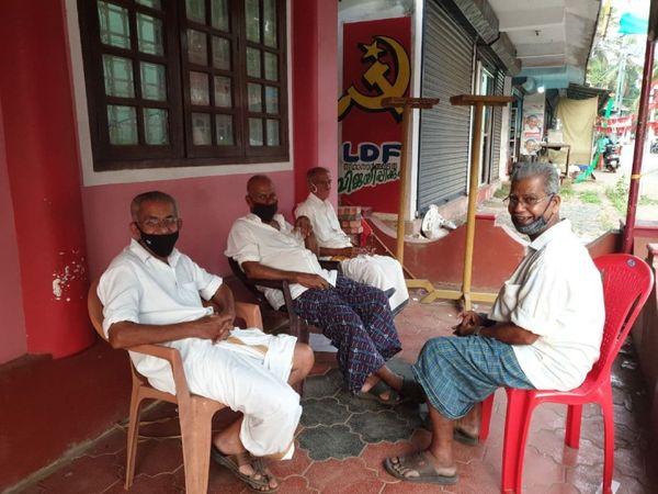 ये पारापरम स्थित सीपीएम का दफ्तर है, जहां कुछ बुजुर्ग बैठे हुए हैं और चुनाव को लेकर आपस में बातचीत कर रहे हैं।