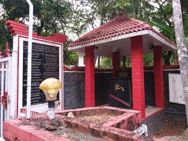 कम्युनिस्ट पार्टी की लाइब्रेरी के पास ही चबूतरे पर सीपीएम के चुनाव चिन्ह के साथ मुटठी बंद हाथ का स्टैच्यू बना हुआ है। यहीं पारापरम में सीपीएम का जन्म हुआ था।