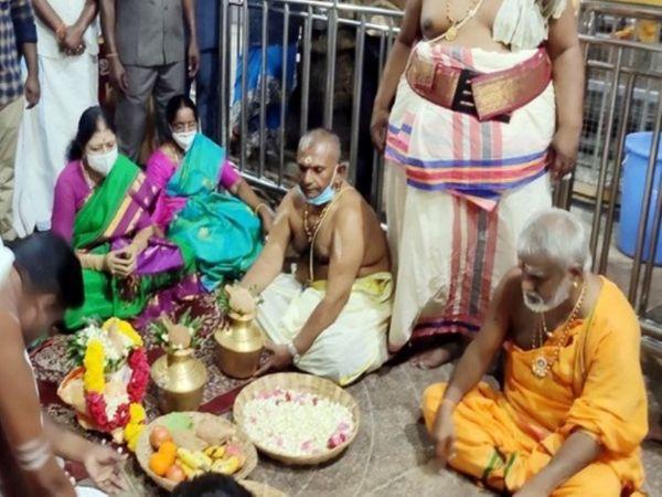 थेवर कम्युनिटी से ताल्लुक रखने वालीं शशिकला इन दिनों मंदिरों का दौरा कर रही हैं। हाल ही में वे रामनाथस्वामी मंदिर गई थीं।