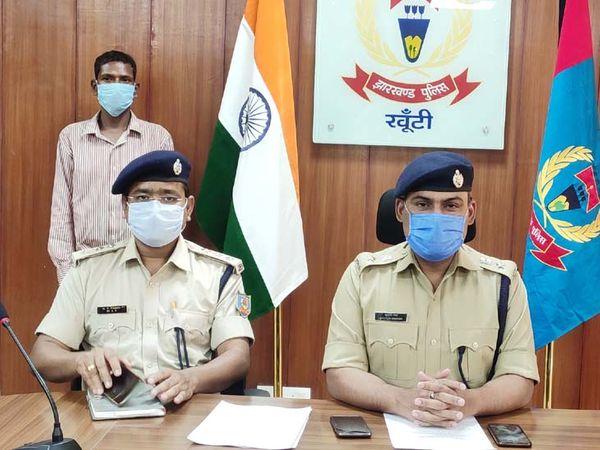 अभियुक्त की निशानदेही पर हत्या में उपयोग की गई स्कूटी, दो मोबाइल फोन और हत्या में प्रयुक्त लकड़ी को बरामद कर लिया है। - Dainik Bhaskar
