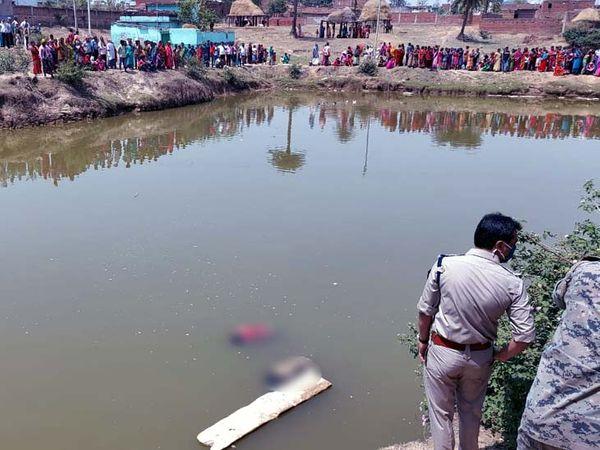 दोनों बच्चों का शव घर से 600 मीटर दूर एक तालाब से बरामद किया गया।